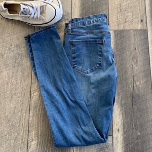 ARTICLES OF SOCIETY SKINNY JEANS MED WASH 26